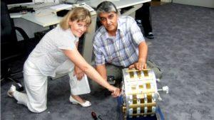 Inge Schneider und Muammer Yildiz mit dem Magnetmotor