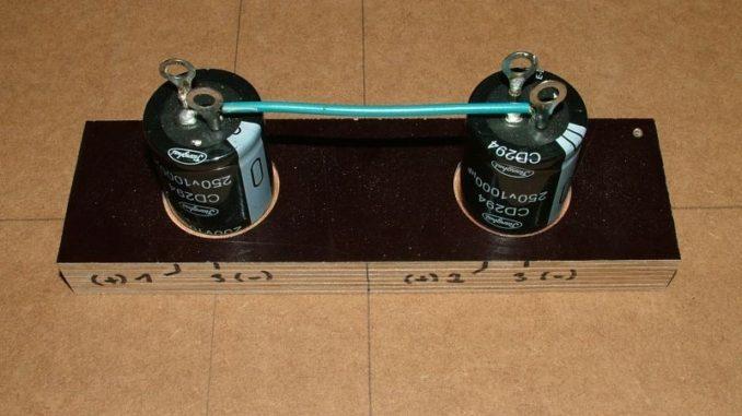 Kondensatorbänke fertig verschaltet und mit Anschlussbezeichnungen