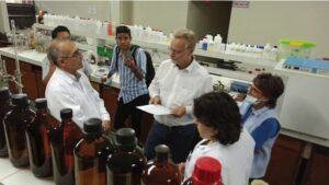 Andreas Kalcker im Labor